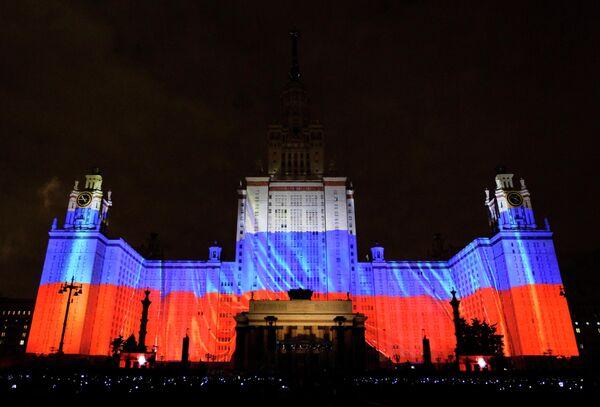 Световое шоу на главном здании МГУ на Воробьевых горах в Москве
