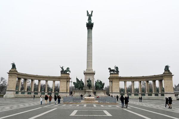 Площадь Героев в Будапеште. В центре Архангел Гавриил на вершине колонны монумента Тысячелетия