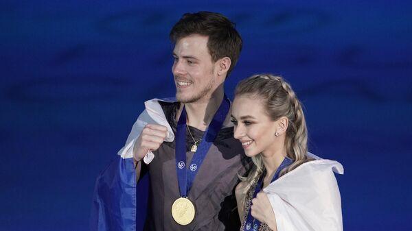 Виктория Синицина и Никита Кацалапов (Россия), завоевавшие золотые медали в танцах на льду чемпионата Европы по фигурному катанию, на церемонии награждения.