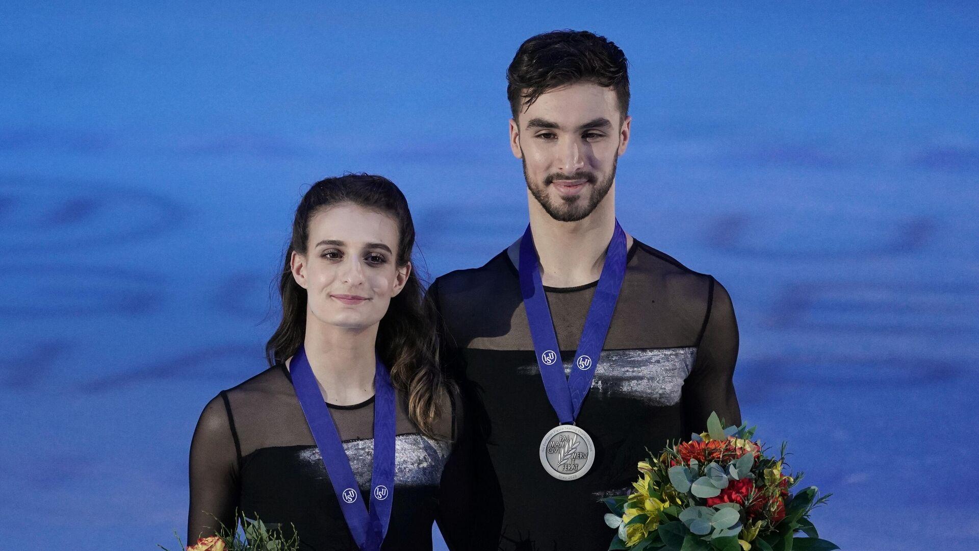 Габриэлла Пападакис и Гийом Сизерон (Франция), завоевавшие серебряные медали в танцах на льду чемпионата Европы по фигурному катанию, на церемонии награждения. - РИА Новости, 1920, 19.01.2021