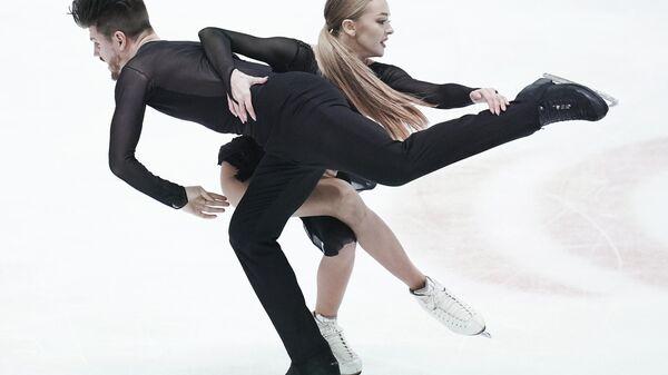 Александра Степанова и Иван Букин (Россия) выступают с произвольной программой в танцах на льду на чемпионате Европы по фигурному катанию.
