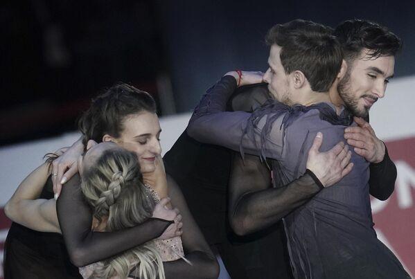 Виктория Синицина и Никита Кацалапов (Россия), завоевавшие золотые медали, и Габриэлла Пападакис и Гийом Сизерон (Франция), завоевавшие серебряные медали в танцах на льду чемпионата Европы по фигурному катанию, на церемонии награждения.