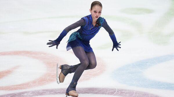 Александра Трусова (Россия) выступает с произвольной программой в соревнованиях среди женщин на чемпионате Европы по фигурному катанию.