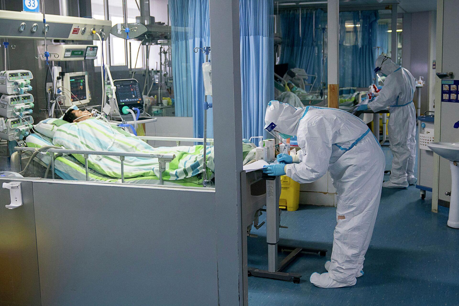 Врачи в отделении интенсивной терапии больницы Чжуннань в Ухане в провинции Хубэй в центральном Китае - РИА Новости, 1920, 07.10.2020