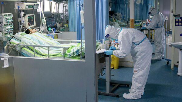 Врачи в отделении интенсивной терапии больницы Чжуннань в Ухане в провинции Хубэй в центральном Китае