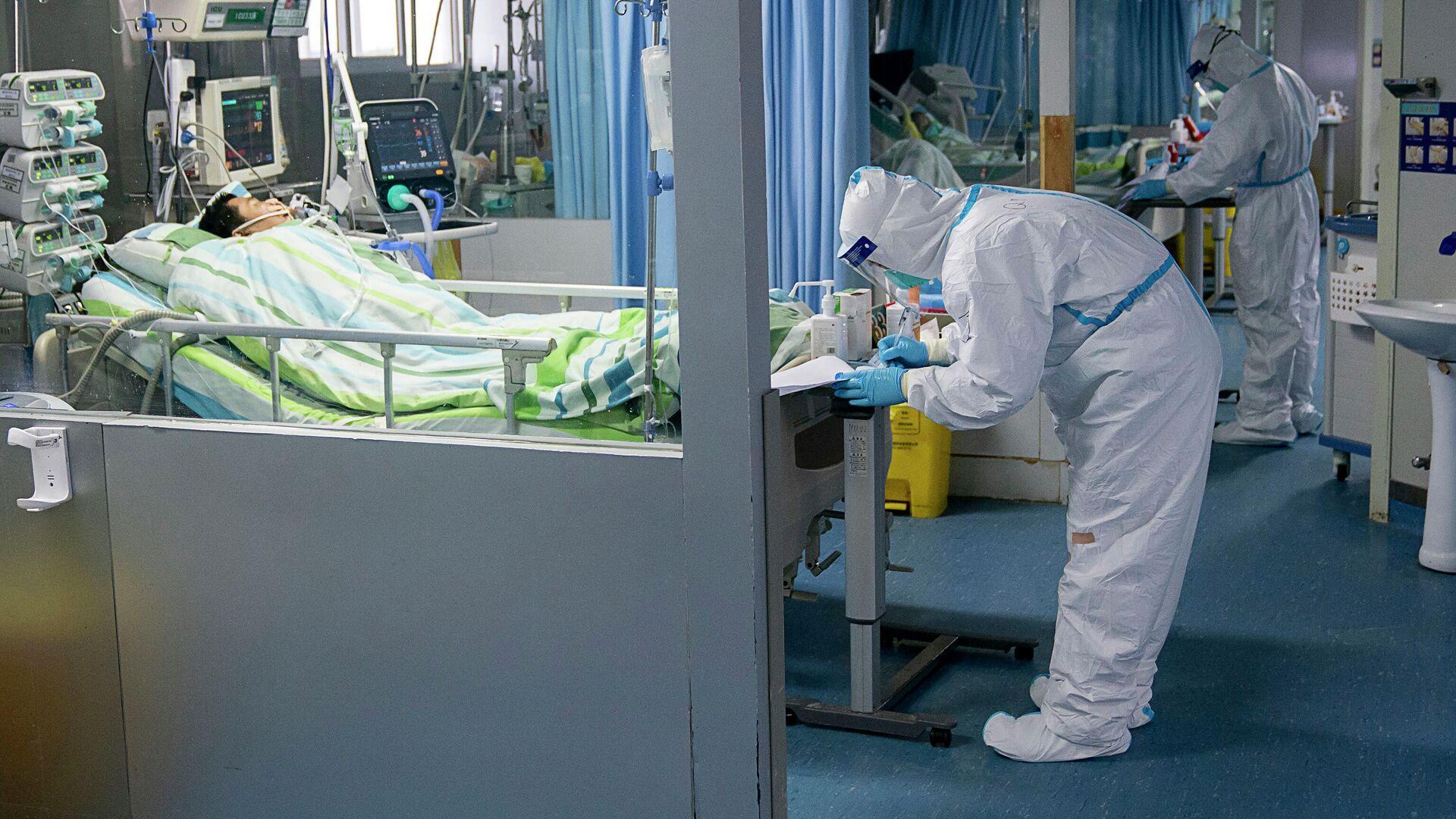 Врачи в отделении интенсивной терапии больницы Чжуннань в Ухане в провинции Хубэй в центральном Китае - РИА Новости, 1920, 16.07.2021