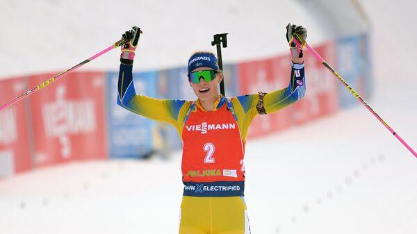 Ханна Эберг (Швеция) на финише масс-старта среди женщин на VI этапе Кубка мира по биатлону сезона 2019/20 в словенской Поклюке.