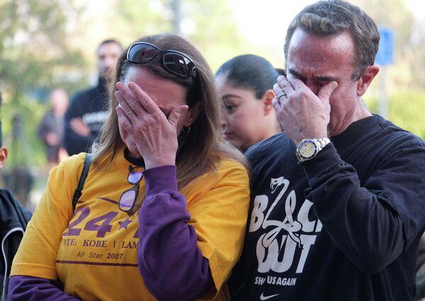 Люди скорбят по погибшему баскетболисту Коби Брайанту