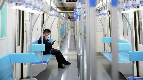 Мужчина в защитной маске в метро Шанхая