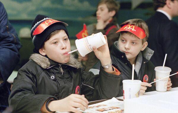 Посетители в первом Макдональдсе в Москве. 31 января 1990 год