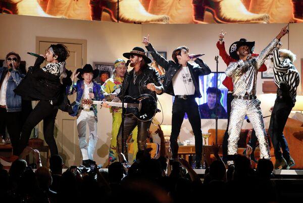 Lil' Nas X, Billy Rae Cyrus и BTS во время выступления на церемонии вручения премии Грэмми в Лос-Анджелесе