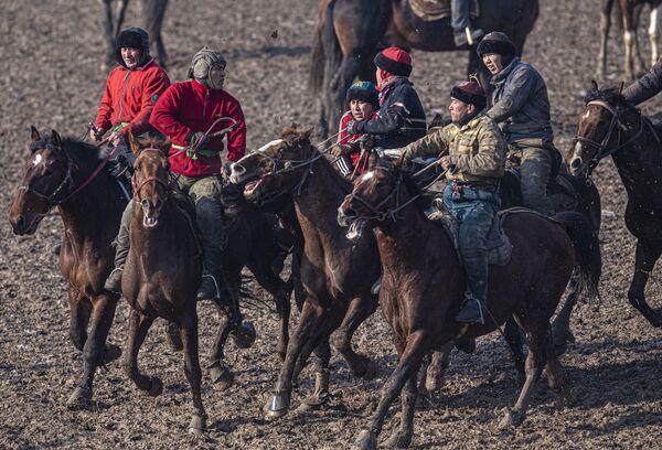 Всадники во время национального состязания Аламан улаке в Кара-Сууйском районе Киргизии