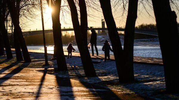 Семья во время прогулки на набережной в Великом Новгороде