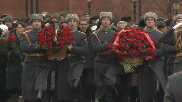 Блокада Ленинграда. Москвичи несут цветы к Могиле Неизвестного солдата