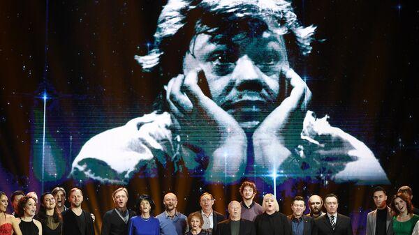 Артисты выступают на сцене на вечере памяти актера Николая Караченцова в театре Ленком