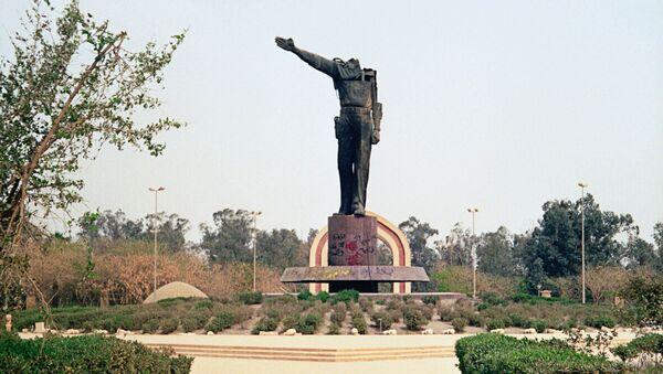 <p>Обезглавленный памятник Саддаму Хусейну в центре Багдада. Архивное фото