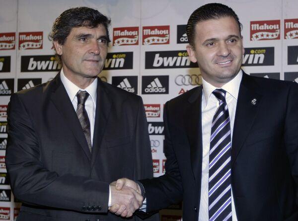 Спортивный директор Реала Предраг Миятович (справа) пожимает руку новоиспеченному главному тренеру Реала Хуанде Рамосу