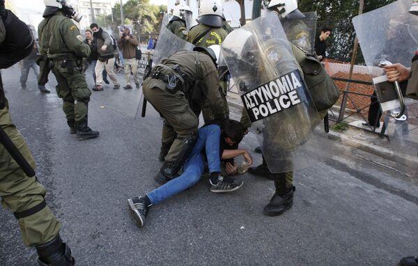 Столкновения демонстрантов с полицией возобновились в Афинах