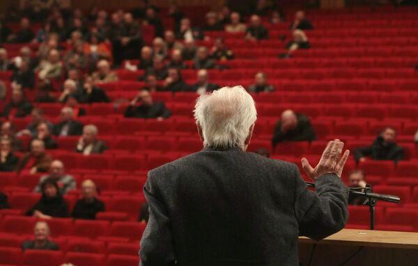 Режиссер Марлен Хуциев во время выступления на VII съезде Союза кинематографистов