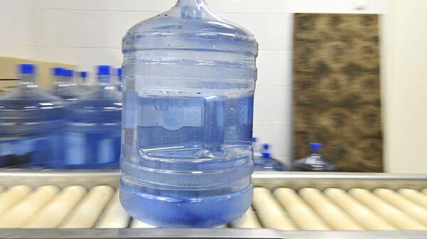 Вода из пластиковых бутылок может быть опасна для здоровья