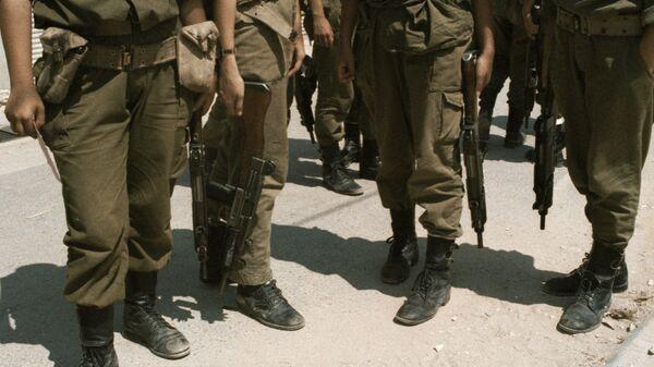 Израильские солдаты с оружием в руках. Архив