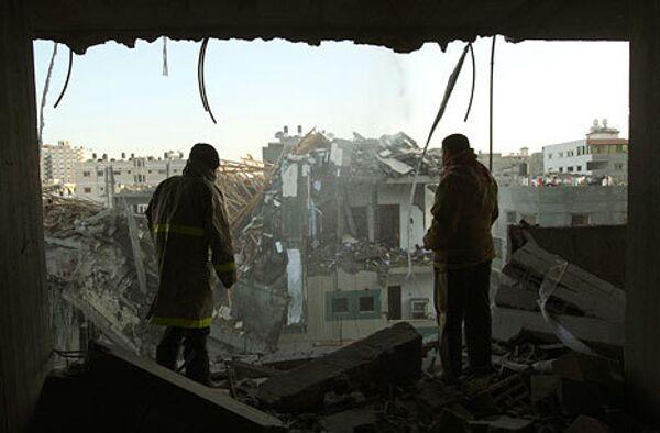 Разрушенное здание после воздушной атаки израильскими военными в секторе Газа