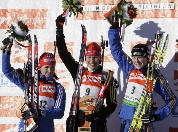 Пьедестал масс-старта у женщин на четвертом этапе Кубка мира по биатлону: Ольга Медведцева, Кати Вильхельм и Хелена Юнссон (слева направо)