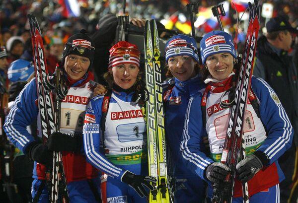 Российские биатлонистки Ольга Зайцева, Альбина Ахатова, Анна Булыгина и Ольга Медведцева после эстафетного финиша на пятом этапе КМ