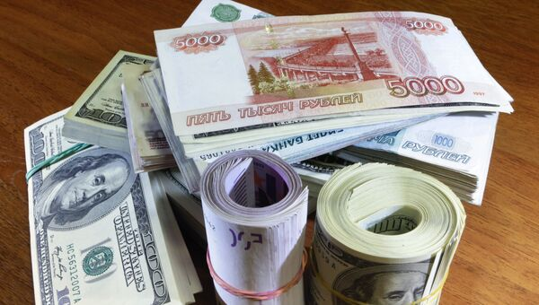 Стоимость бивалютной корзины, рассчитанная по рыночным котировкам, составила на закрытии торгов в среду 39,78 рубля