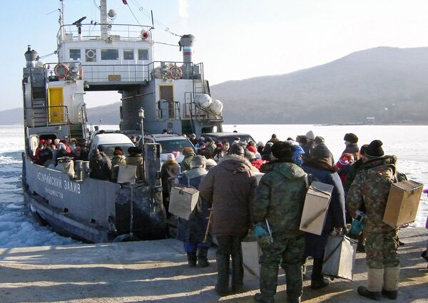 Посадка на паром, отплывающий от острова Русский.