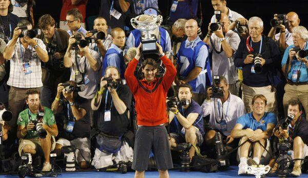 Рафаэль Надаль с главным трофеем Australian Open