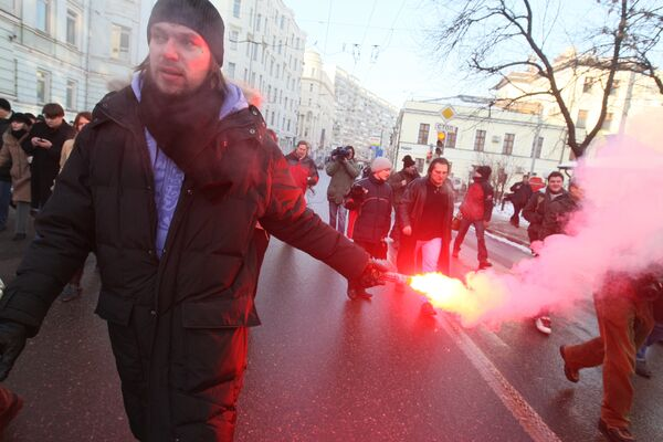 В 14:30 на Красную площадь выбежала группа молодежи, развернула транспарант с антиправительственным лозунгом и зажгла файер