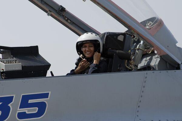 Журналистка Суман Шарма стала первой индийской женщиной, совершившей полет на новейшем истребителе МиГ-35.