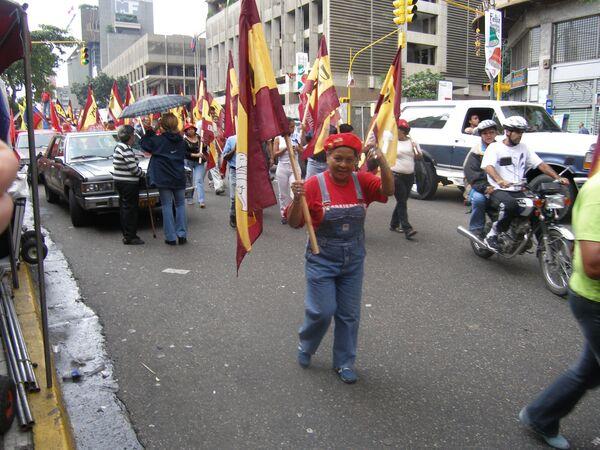 Тысячи венесуэльцев в Каракасе протестуют против правительства