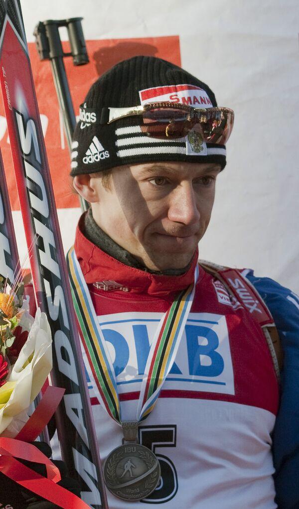 Россиянин Максим Чудов, получивший серебряную медаль за гонку преследования