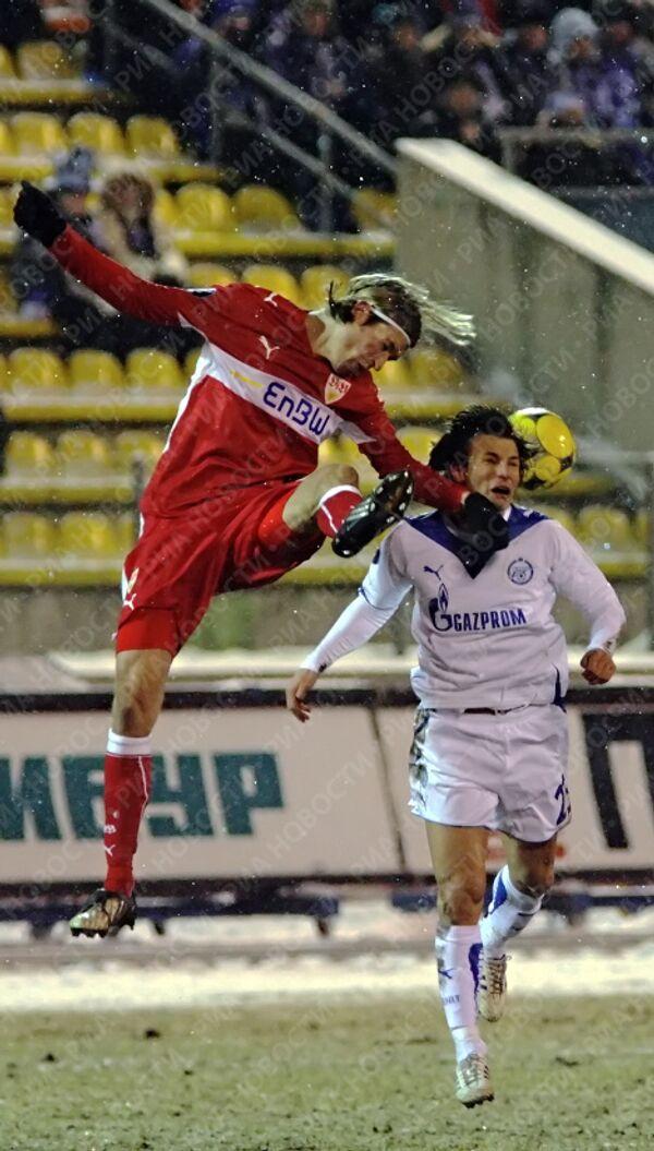 Мартин Ланиг (слева) выбивает мяч в борьбе с Хусти.