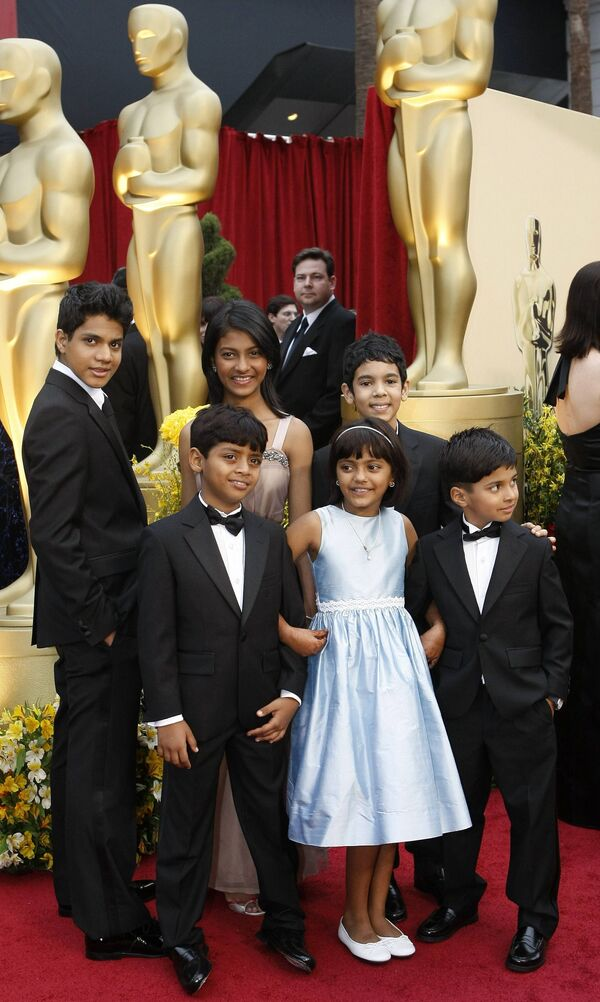 Юные актеры, сыгравшие героев фильма Миллионер из трущоб в детстве и юности, на церемонии Оскар