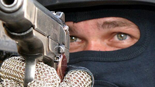 При заходе на остановку вблизи аэропорта Минеральные Воды террористы натянули маски, выхватили пистолеты и приказали водителю никого не выпускать