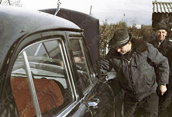 Космонавт Гагарин у своей машины