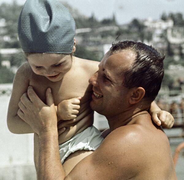 Гагарин с дочерью на море