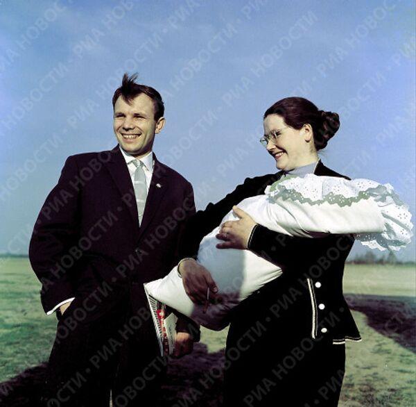 Лётчик-космонавт Ю.Гагарин с женой Валентиной и дочкой Галочкой