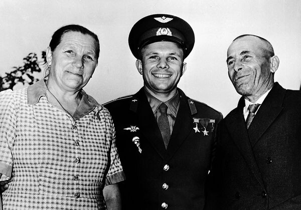 Юрий Гагарин с родителями
