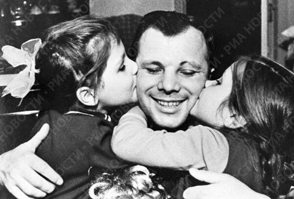 Гагарин с дочерьми