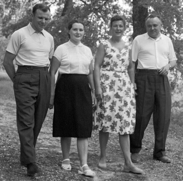 Гагарин и Королев с женами во время прогулки