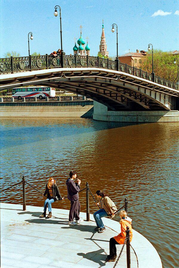 Лужков мост в Москве. Архив