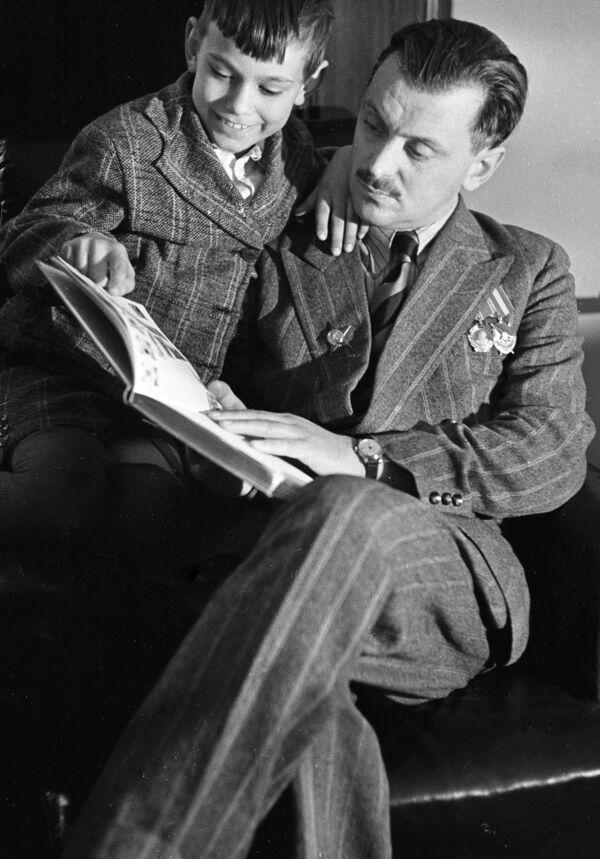 Писатель Сергей Михалков с сыном Андреем