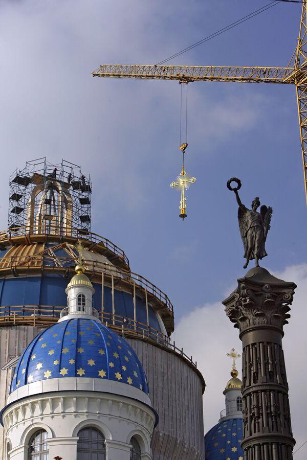 Установлен крест на купол Троицкого собора в Санкт-Петербурге. Архив