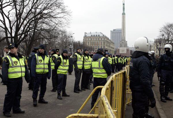 Сотрудники рижской полиции у памятника Свободы. Архив