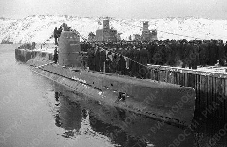 Моряки Северного флота принимают подводную лодку
