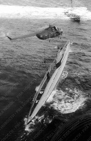 Вертолет и подводная лодка